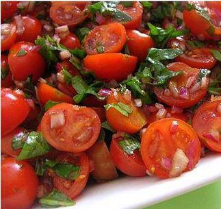 מתגון של סלט עגבניות שרי מרענן